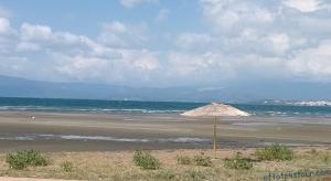 Пляж вдоль берега Халкиды