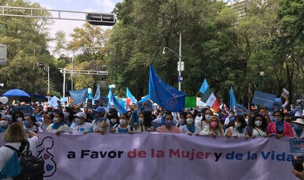 MILES DE PERSONAS SE MANIFIESTAN EN MÉXICO A FAVOR DE LAS MUJERES Y POR LA VIDA