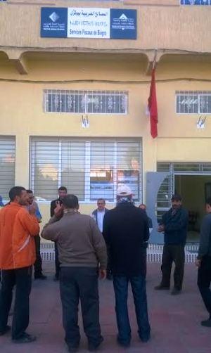 """مواطنون يختارون الإحتجاج بسبب""""لافينيت"""" أمام إدارة الضرائب باشتوكة أيت باها"""