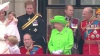 فيديو: ملكة بريطانيا توبخ حفيدها بسبب خطأ بروتوكولي