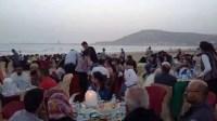 جمعويون يبدعون، وينظمون  إفطارا جماعيا كبيرا لعائلات بشاطىء أكادير في أجواء أخوية .
