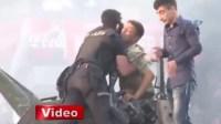شرطي تركي يشفق على جندي مشارك في الانقلاب ويحميه من غضب الشعب