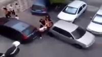 شخص يضرب زوجته في شارع ! و السبب صادم