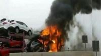 عاااجل بأكادير.(+فيديو): النيران تحول 5 سيارات جديدة إلى رماد،وعرقلة حركة المرور بسبب الحادث
