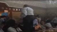 """فضيحة بالفيديو:الاستقلالي أومولود """" يُعرْبد"""" فوق طاولة رسمية ويقوض الجهود المبذولة قد تجر المنطقة لغليان غير مسبوق"""