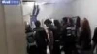 مغتصب يختبئ من الشرطة في السقف بعد الاعتداء على صاحبة المنزل