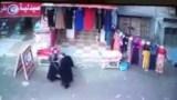 بائع يكتشف فتاة تخفي مسروقات محله أسفل ملابسها…شاهدوا ماذا حصل