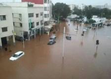 عااجل وخطير بالصور والفيديو:أمطار طوفانية تغرق الشوارع والأزقة و الشلل يصيب حركة السير والسكان يستغيثون