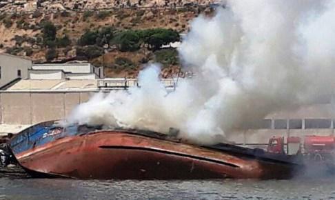 +صور حصرية: لحظة غرق السفينة التي اندلعت بها النيران بميناء اكادير
