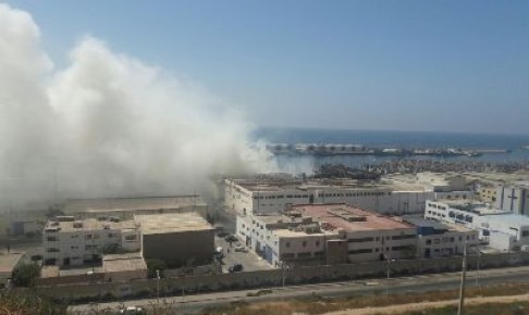 عااجل بالصور والفيديو:النيران لازالت مشتعلة بميناء أكادير وسحب دخان كثيف تغطي سماء المنطقة