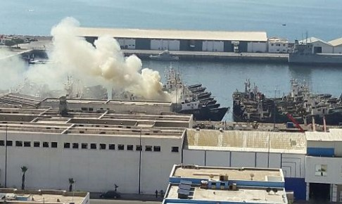 حصري عن حريق باخرة بميناء أكادير:الحريق أتى على الباخرة بكاملها وتسبب في غرقها