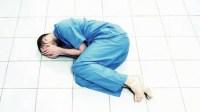 زوجة طبيب المستعجلات  الذي نقلوه أثناء عمله لقسم الامراض العقلية تثور داخل المستشفى ووزارة الصحة تدخل على الخط وتوفد لجنة للتحقيق