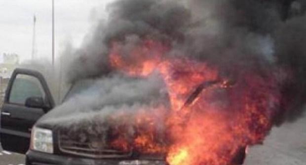 نيران كثيفة تلتهم سيارة كبيرة وتحولها إلى هيكل، و الحادث يخلف خسائر في ممتلكات عامة.