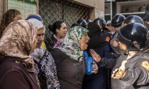 أم الزفزافي تصرخ في وجه «قوات  الأمن  » بعد تعنيفها