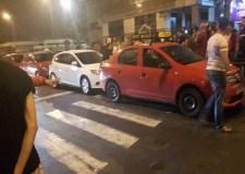 """+فيديو: فوضى """"مطاردات الشوارع"""" بين الطاكسيات و """"أوبر"""" تتسبب في احتجاز طفل"""
