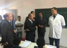 """صورة """"صمود"""" أستاذ أمام الوزير """"حصاد"""" تثير سيلا من التعليقات في الفايسبوك.."""