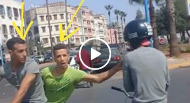 شاهد كيف تمكن لصان من سرقة مواطن بواسطة دراجة نارية