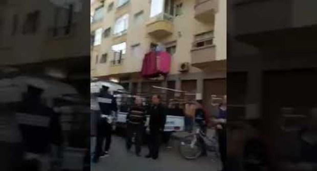(+فيديو)ارتباك في صفوف عناصر الأمن بعد تزامن مرور الموكب الملكي مع جنازة