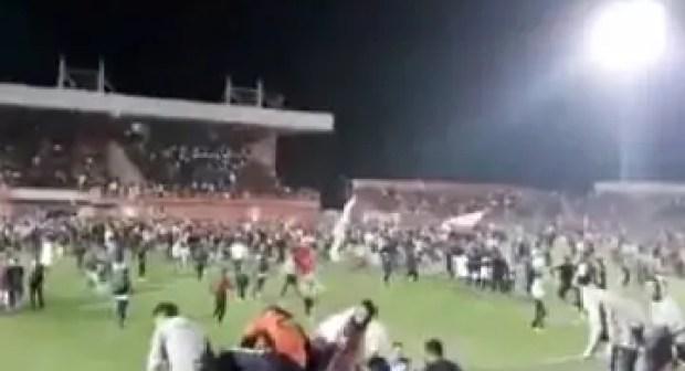 الجماهير البركانية تقتحم الملعب بشكل هيستيري بعد تأهله فريقهم، على إيقاعات أغنية يونس بولماني
