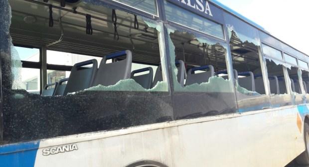 بالفيديو: الحقيقة الكاملة لرشق حافلة للنقل الحضري بالدشيرة بالحجارة.