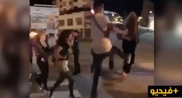 صادم وبالفيديو.. هجوم على فتاتين بكورنيش المدينة بسبب لباسهما