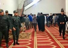 بعد منعهم من الاعتكاف في المسجد…مصلون يردون على رجال الأمن بدعاء يشق الجبال