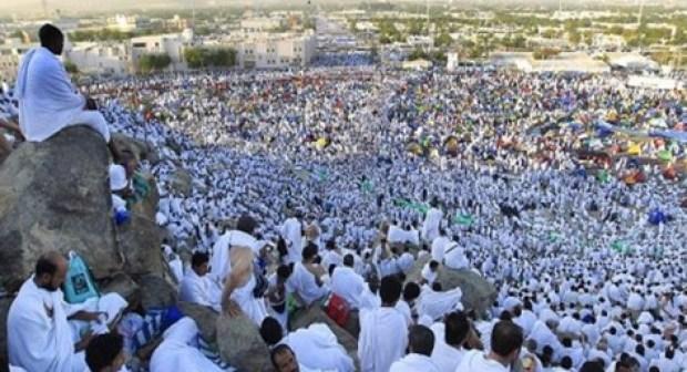 حجاج بيت الله الحرام يتوافدون إلى صعيد عرفات لأداء ركن الحج الأعظم، و الموت يخطف 4 حجاج مغاربة.