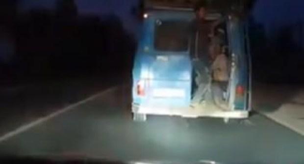 """""""خطاف"""" ينقل بسيارته عددا من الركاب بطريقة غريبة قبيل عيد الأضحى (فيديو)"""