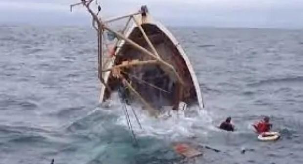 وفاة بحار وفقدان آخر في حادث انقلاب قارب تقليدي للصيد.