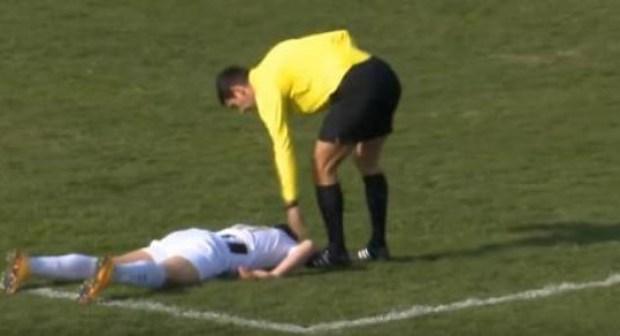"""""""سكتة قلبية"""" تعجل بوفاة لاعب كرة القدم وسط الملعب.(+صورة)."""