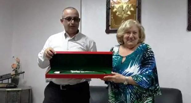 +صور: رئيس المجلس البلدي لتيزنيت يستقبل يهودية في الثمانينات من العمر، و يهديها هدية خاصة.