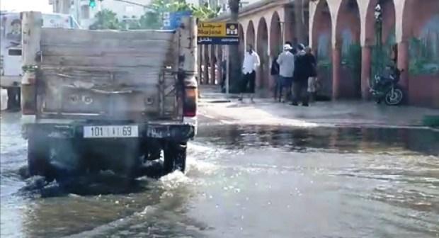 +فيديو: الماء الشروب يغمر شارعا رئيسيا بالدشيرة الجهادية…