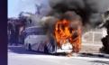 خطير: النيران تلتهم حافلة لنقل المسافرين في غياب الوقاية المدنية. (فيديو)