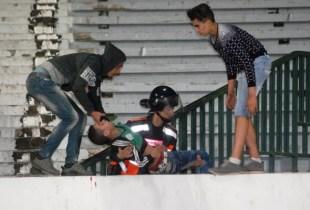 +فيديو:مباراة حسنية اكادير و الرجاء تنتهي بأعمال الشغب، والشرطة تتدخل: