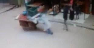 سقوط بائع متجول في حفرة بالشارع في ايت ملول!