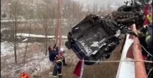 غريب: انقاذ سائق بأعجوبة بعد انقلاب شاحنته، وبقيت معلقة في الهواء (فيديو)