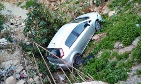 عااجل بالصور:سيارة تنقلب وتسقط في واد بأكادير وصاحبها ينجو بأعجوبة من موت محقق