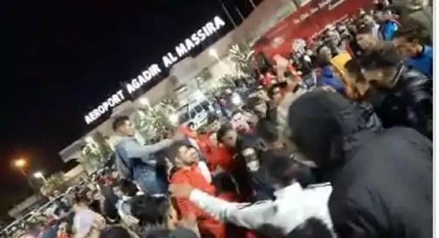 بالصور: المئات من الجماهير تخصص استقبالا تاريخيا للاعبي حسنية أكادير بمطار المسيرة في مشهد ليلي معبر.