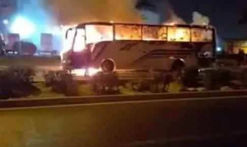 بالفيديو والصور: اندلاع نيران كثيفة وسط حافلة لنقل الركاب بإنزكان، والحادث يخلف خسائر فادحة وسط هلع الركاب.