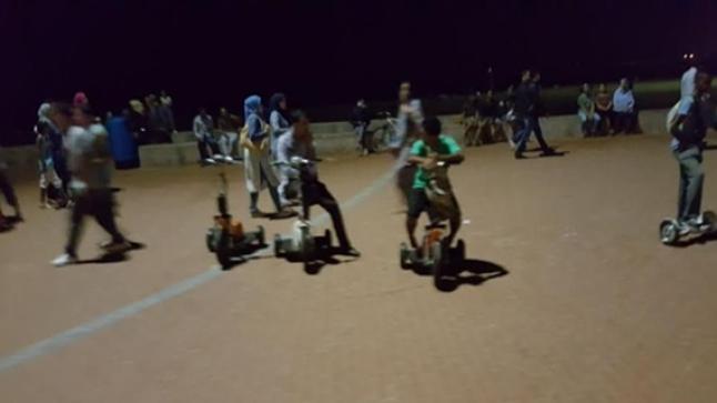 دراجات كهربائية تهدد سلامة الأطفال في كرنيش أكادير أمام أعين السلطات