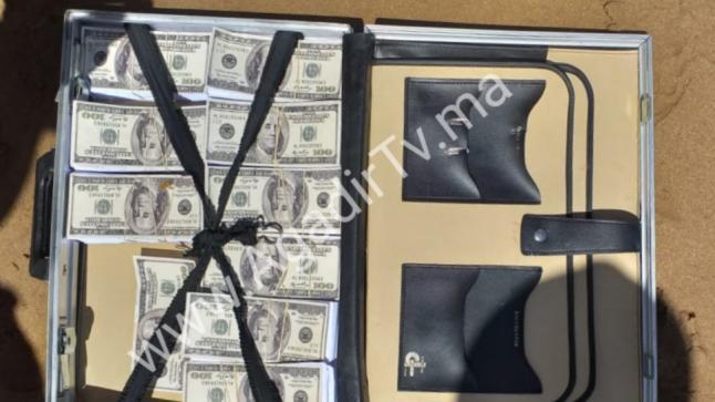 """من جديد .. شاطئ بأكادير يلفظ حقيبة نقود وهذه المرة بعملة """"الدولار"""" (الصور)"""