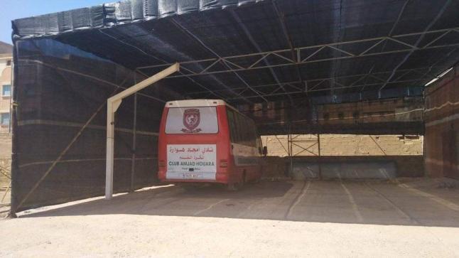 خيمة داخل ملعب تستنفر السلطات بأولاد تايمة (صور)
