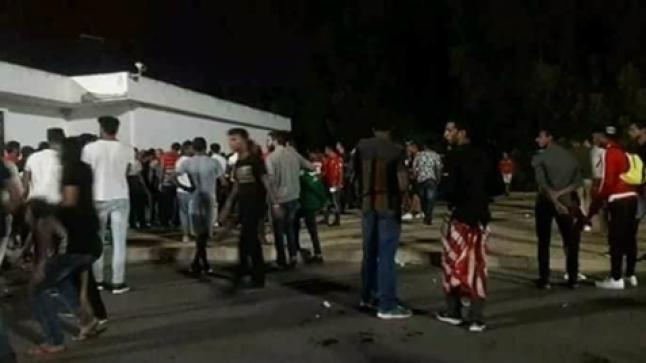 مصرع مشجع في مواجهات عنيفة بين أنصار فريقين والأمن يعتقل 10 أشخاص