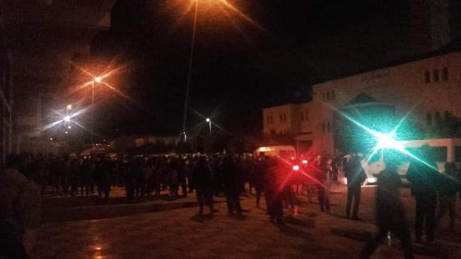 اعتقال عدد من الأشخاص كانوا بصدد أداء صلاة التراويح أمام مسجد