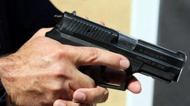 أمن أكادير يعتقل شابا هدد مستخدمي صيدلية بسلاح ناري