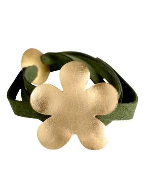 Χειροποίητο σφυρήλατο βραχιόλι από ορείχαλκο. Απίθανο βραχιόλι λουλούδι που στολίζει όμορφα το χέρι σας δεμένο σε μακρύ καστόρινο λουράκι. Το μέγεθος ρυθμίζεται σε όλα τα μεγέθη αυξομειώνοντας το κυκλικό του κούμπωμα. Όλα τα κοσμήματα Agapi concept μένουν αναλλοίωτα αφού έχουν εμβαπτιστεί σε ειδικά βερνίκια. Ανανεώστε το στυλ σας και δώστε μια χαρούμενη διάθεση στο καθημερινό σας ντύσιμο.
