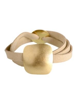 Χειροποίητο σφυρήλατο βραχιόλι από ορείχαλκο.Minimal κομψό βραχιόλι δεμένο σε μακρύ μπεζ καστόρινο λουράκι. Το μέγεθος ρυθμίζεται σε όλα τα μεγέθη αυξομειώνοντας το κυκλικό του κούμπωμα. Όλα τα κοσμήματα Agapi concept μένουν αναλλοίωτα αφού έχουν εμβαπτιστεί σε ειδικά βερνίκια. Ανανεώστε το στυλ σας και δώστε μια χαρούμενη διάθεση στο καθημερινό σας ντύσιμο.