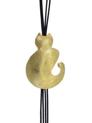 Χειροποίητο κολιέ από ορείχαλκο. Δώστε χαρούμενη διάθεση στο ντύσιμο σας με αυτό το κολιέ γατούλα δεμένο σε υψηλής ποιότητας μαύρο κορδόνι. Μήκος κολιέ 50cm.Όλα μας τα κοσμήματα μένουν αναλλοίωτα αφού έχουν εμβαπτιστεί σε ειδικά βερνίκια. Δημιουργίες με μοναδική αισθητική, που πάντα γοητεύουν και εντυπωσιάζουν, κάνοντας σας να αισθάνεστε stylish όλες τις ώρες της ημέρας.