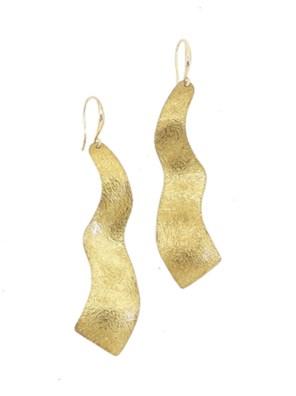 Χειροποίητα σφυρήλατα σκουλαρίκια από ορείχαλκο. Κυματιστά ταξιδιάρικα σκουλαρίκια, όμορφα και λαμπερά. Τα σκουλαρίκια είναι υποαλλεργικά (Nickel free). Μέγεθος σκουλαρικιών 7cm μήκος. Ολα μας τα κοσμήματα μένουν αναλλοίωτα αφού έχουν εμβαπτιστεί σε ειδικά βερνίκια. Τα σκουλαρίκια, διαχρονικά και σύγχρονα, είναι η λεπτομέρεια που τραβά τα βλέμματα και μαγνητίζει.t