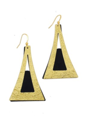 Χειροποίητα σφυρήλατα σκουλαρίκια από ορείχαλκο. Μοναδικά σκουλαρίκια αποτελούμενα από δύο κομμάτια μετάλλου, ένα μαύρο και ένα χρυσό που κινούνται μεταξύ τους. Τα σκουλαρίκια είναι υποαλλεργικά (Nickel free). Μέγεθος σκουλαρικιών 6cm μήκος. Ολα μας τα κοσμήματα μένουν αναλλοίωτα αφού έχουν εμβαπτιστεί σε ειδικά βερνίκια. Τα σκουλαρίκια, διαχρονικά και σύγχρονα, είναι η λεπτομέρεια που τραβά τα βλέμματα και μαγνητίζει.